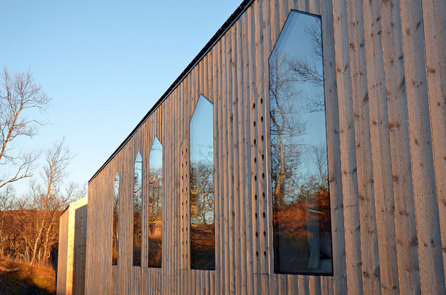 split-level-mountain-lodge-divides-4-directions-5-side-windows.jpg