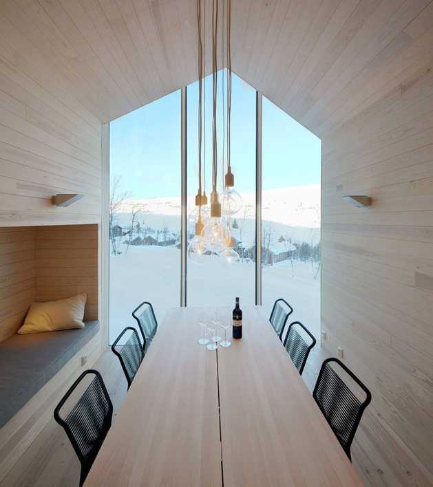 split-level-mountain-lodge-divides-4-directions-9-dining.jpg