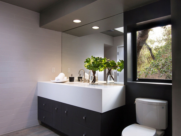 updated-mid-century-home-private-2-tier-courtyard-9-guest-bath.jpg