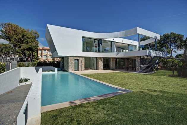 Chic House With Curving Two Story Patio