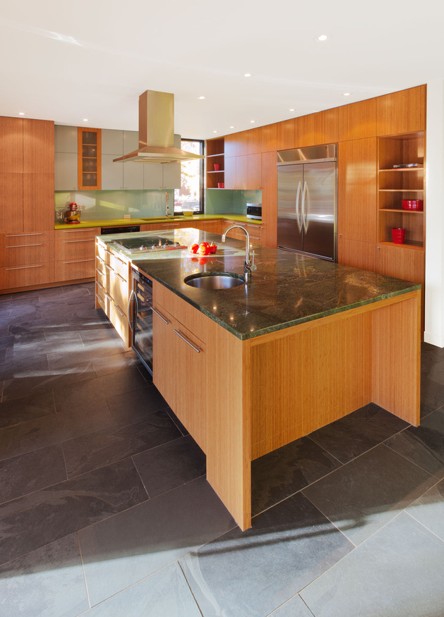 colour-wood-bring-outdoor-atmosphere-into-home-9-kitchen.jpg