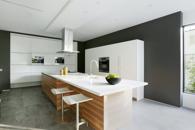 contemporary-home-pool-black-white-iterior-14-kitchen.jpg