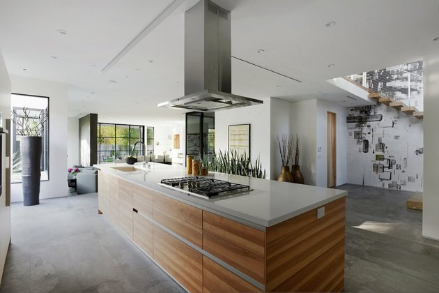 contemporary-home-pool-black-white-iterior-17-kitchen.jpg