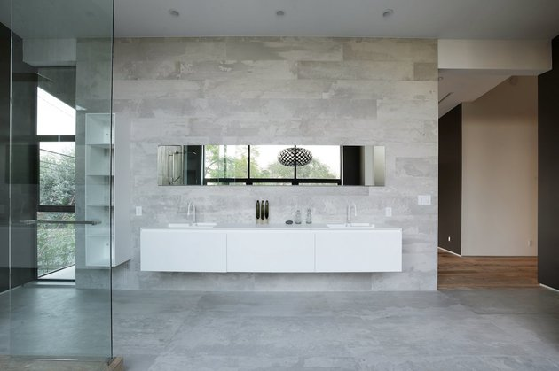contemporary-home-pool-black-white-iterior-33-master-ensuite.jpg