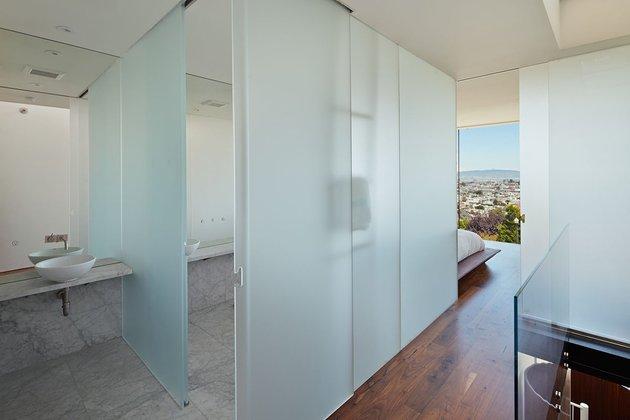 garage-upper-deck-connects-glass-home-slope-17-ensuite.jpg