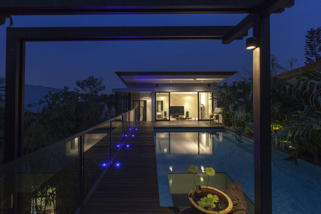lush-gardens-peekaboo-roof-pool-define-contemporary-home-14-roof-night.jpg