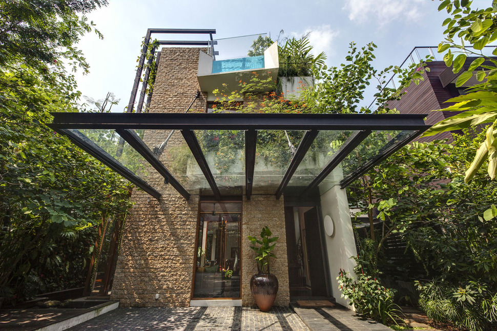 Lush gardens and peekaboo roof pool define contemporary home for Garden oases pool entrance
