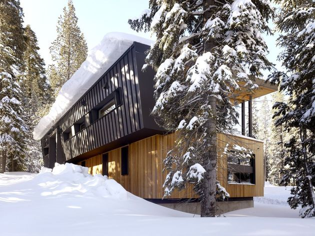 modern mountain home railroad avalanche shed design muse 1 roofline thumb 630xauto 36507 Modern Mountain Home uses Railroad Avalanche Shed Design as Muse