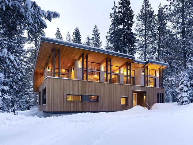 modern mountain home railroad avalanche shed design muse 2 front thumb 630xauto 36509 Modern Mountain Home uses Railroad Avalanche Shed Design as Muse