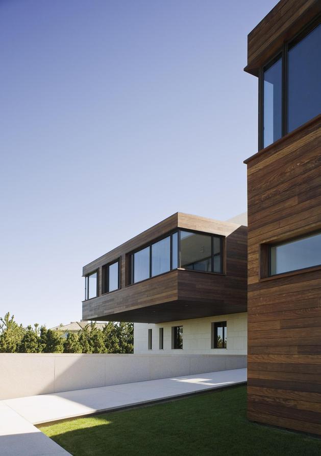 oceanside-home-teak-walls-pool-rooftop-fireplace-5-entry-walkway.jpg