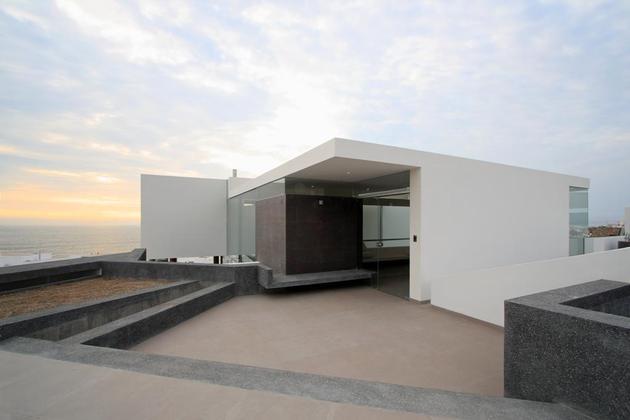 stunning-ultramodern-beach-house-with-glass-walls-19-entrance.jpg