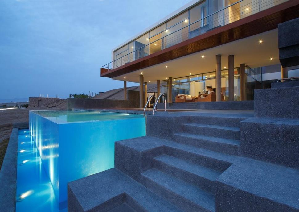 Stunning ultramodern beach house with overflowing pool for Vintage beach house designs