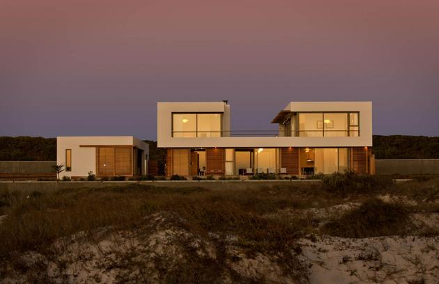 beach house with reconfigurable wood panels 1 front evening thumb 630xauto 38111 Beach House With Reconfigurable Wood Panels
