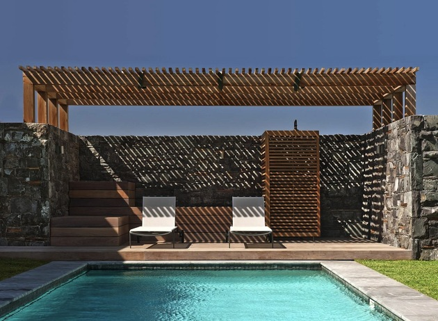 beach-house-with-reconfigurable-wood-panels-5-pool-chairs.jpg