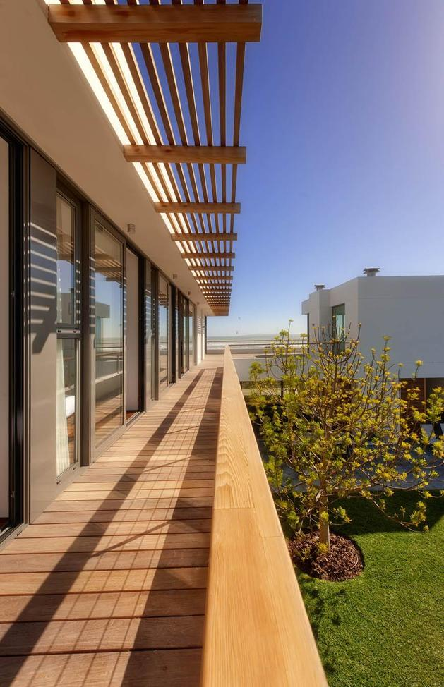 beach-house-with-reconfigurable-wood-panels-6-railing.jpg