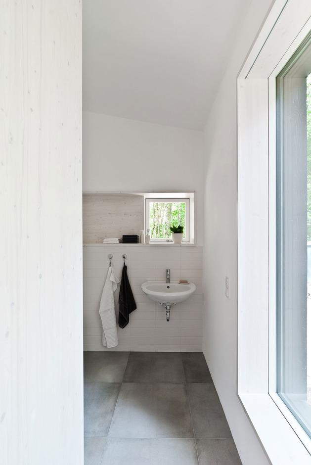 cozy-asymmetrical-home-with-wood-variety-17-bathroom.jpg
