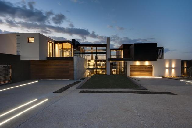 geometric concrete steel home stone water elements 2 driveway thumb 630xauto 39590 Geometric Concrete and Steel Home with Stone and Water Elements