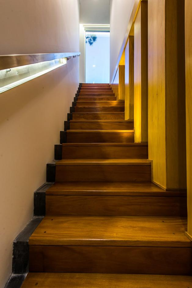 house-built-focus-day-night-lighting-20-stairs.jpg