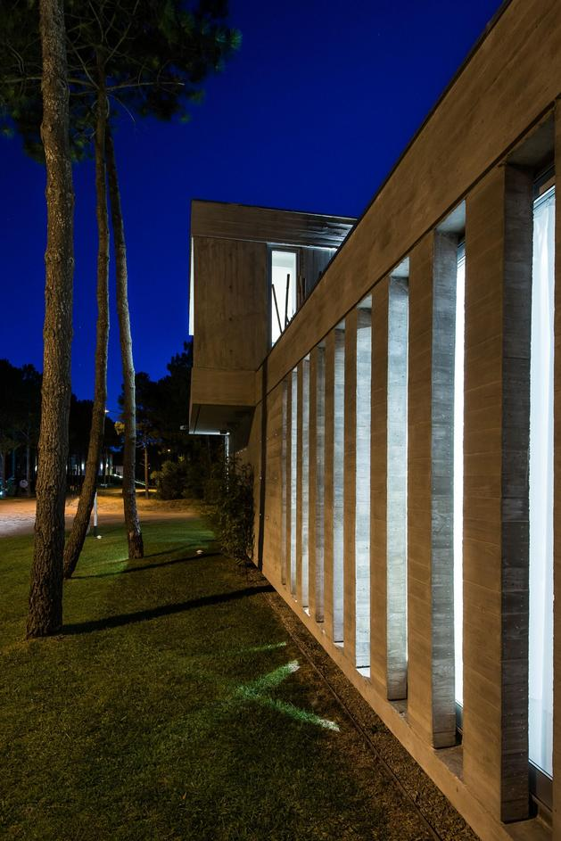 house-built-focus-day-night-lighting-8-concrete-bars.jpg
