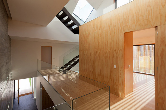 house-operable-wood-louvers-temperature-control-12-hall.jpg