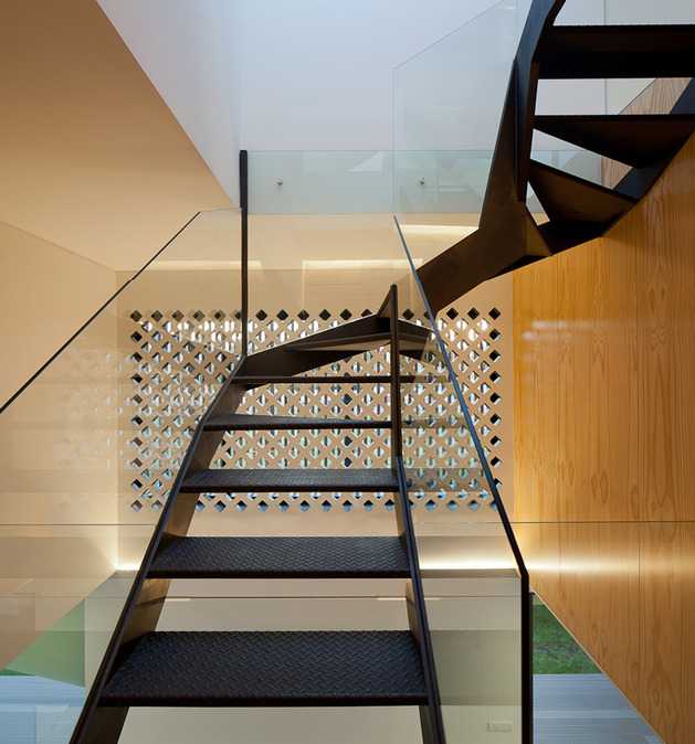 house-operable-wood-louvers-temperature-control-14-stairs.jpg