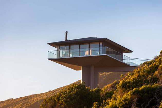 house-perched-central-column-overlooks-ocean-3-sides-4-site.jpg