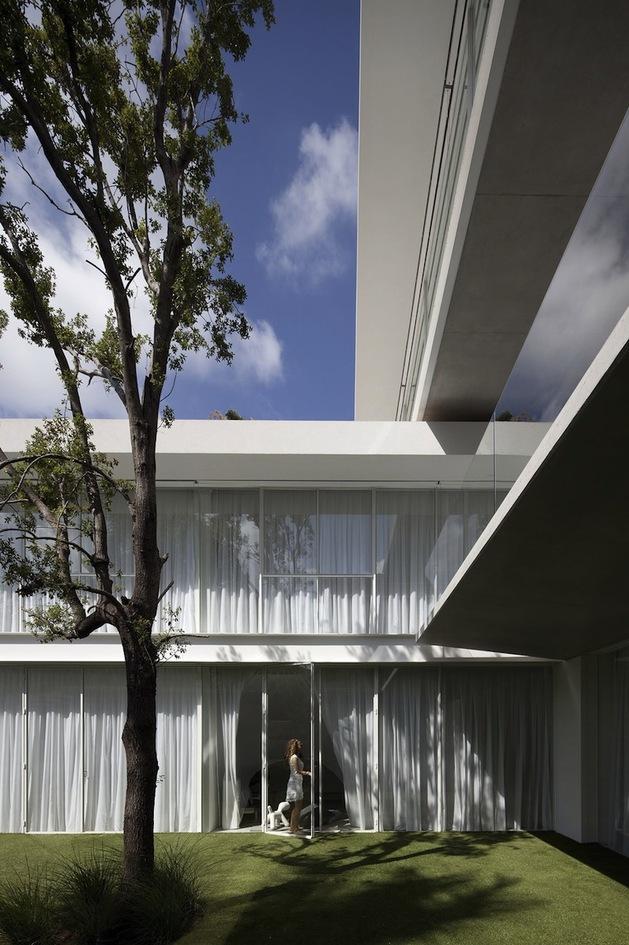 minimal-house-with-hangar-style-rear-facade-4-sunken-yard.jpg