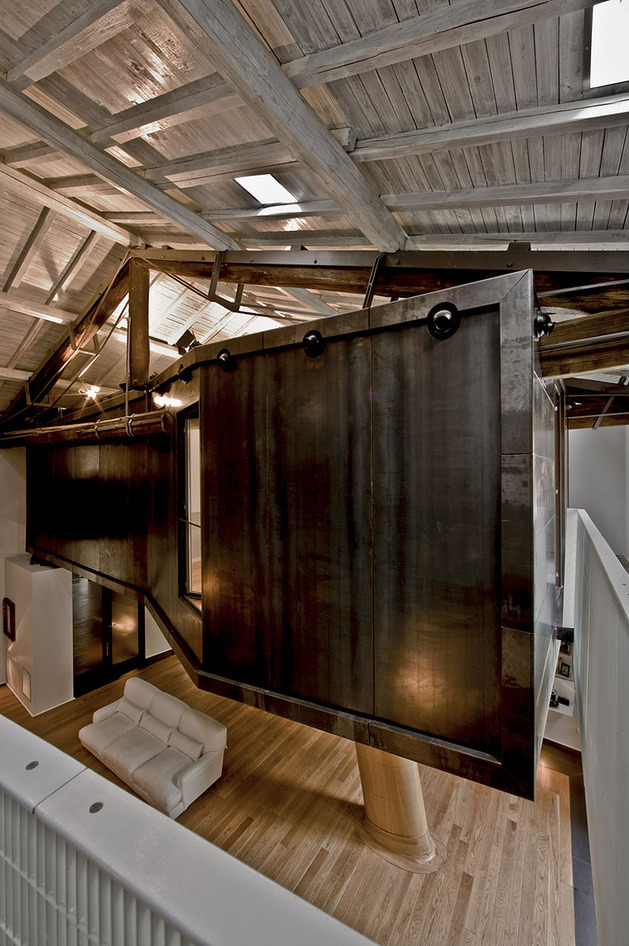 spectacular-loft-in-reconvereted-barn-in-rome-13.jpg