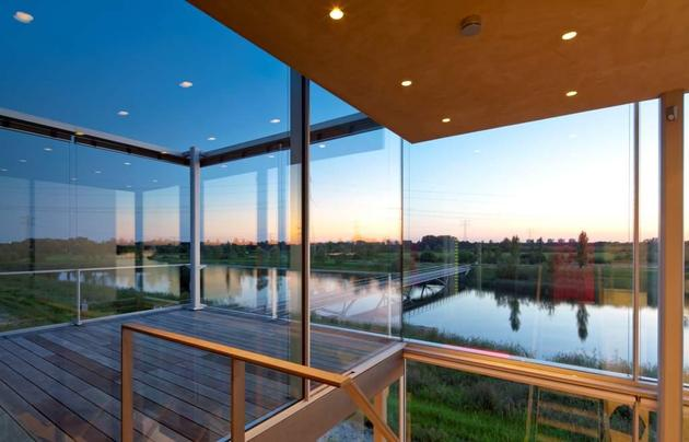 sustainable-box-shaped-home-panoramic-views-glazings-10-roofdeck.jpg