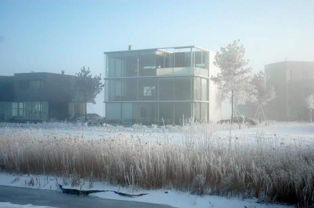 sustainable-box-shaped-home-panoramic-views-glazings-4-winter.jpg