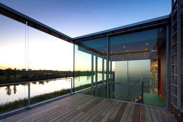 sustainable-box-shaped-home-panoramic-views-glazings-9-roofdeck.jpg