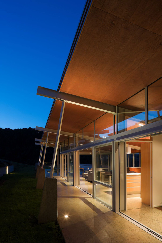 tiered-u-shaped-slope-home-exposed-steel-elements-12-courtyard.jpg