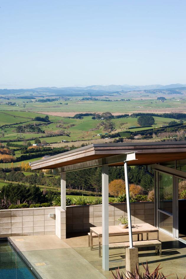 tiered-u-shaped-slope-home-exposed-steel-elements-3-terrace.jpg