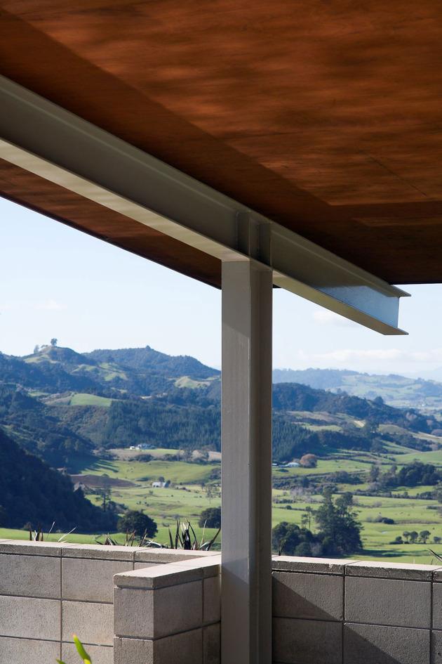 tiered-u-shaped-slope-home-exposed-steel-elements-4-detail.jpg