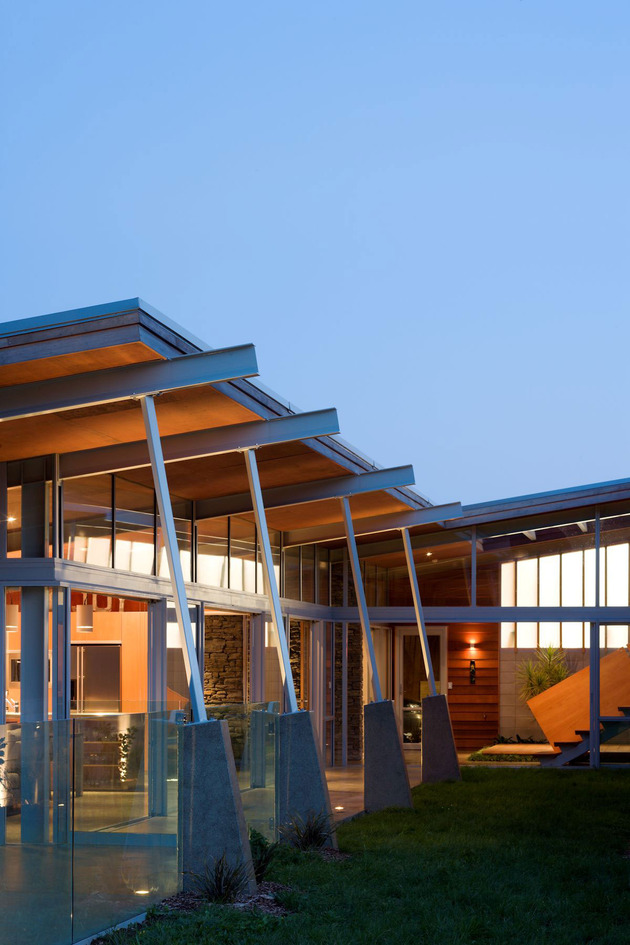 tiered-u-shaped-slope-home-exposed-steel-elements-8-courtyard.jpg