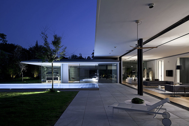 tranquil-glass-walled-house-with-innovative-furnishings-10-rear-deck.jpg