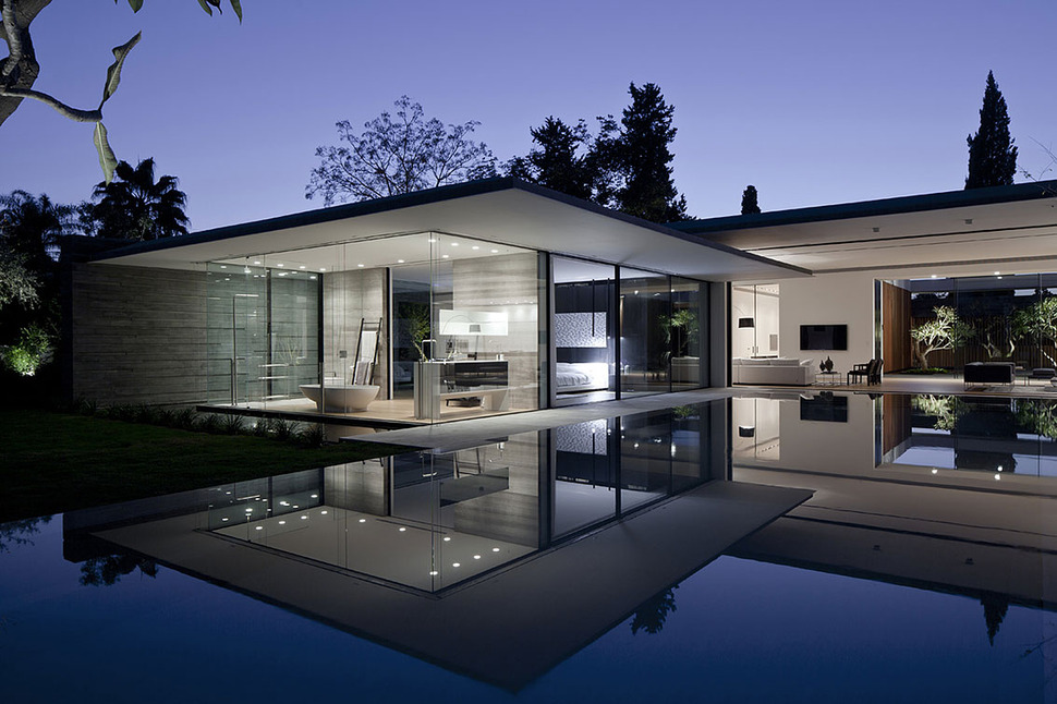 Tranquil glass walled house with innovative furnishings for Piani di master suite seminterrato