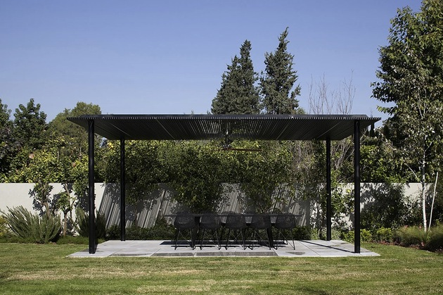 tranquil-glass-walled-house-with-innovative-furnishings-17-outdoor-dining.jpg