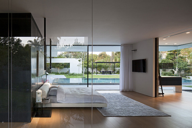 tranquil-glass-walled-house-with-innovative-furnishings-23-master-bedroom-bathroom.jpg