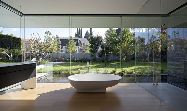 tranquil-glass-walled-house-with-innovative-furnishings-25-tub.jpg