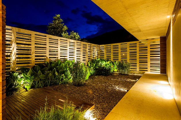 home-completely-open-elements-completely-close-22-courtyard.jpg