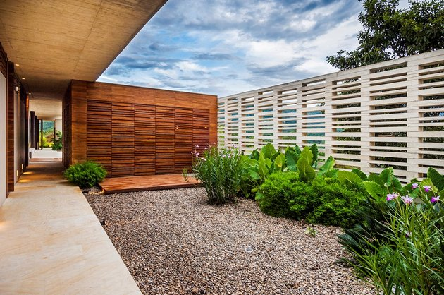 home-completely-open-elements-completely-close-23-courtyard.jpg