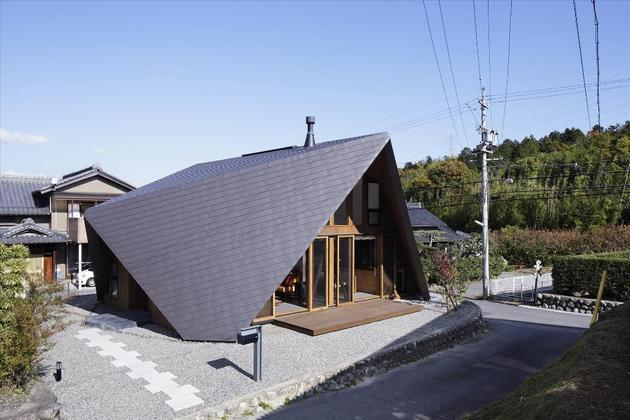 home-surrounded-rock-wall-protected-folded-roof-6-street.jpg