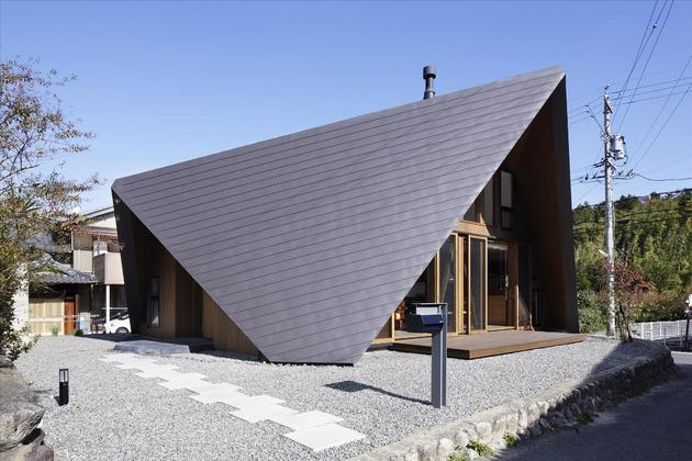 home-surrounded-rock-wall-protected-folded-roof-7-entry.jpg