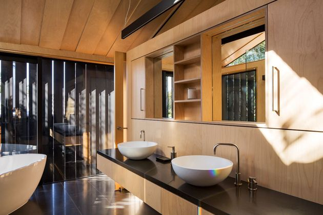 house-3-glass-gables-faced-operable-louvers-27-25-ensuite.jpg