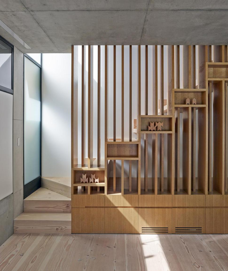 House with interesting wooden staircase design and child for Amenagement jardin 400m2