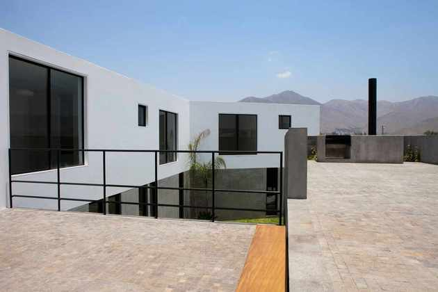 house-with-detached-glass-walled-living-area-11-courtyard-windows.jpg