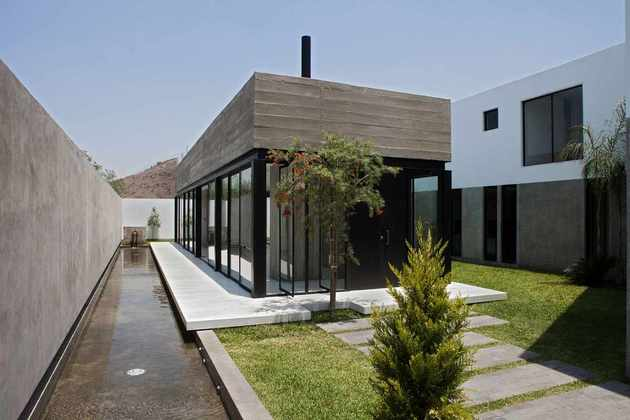 house-with-detached-glass-walled-living-area-3-courtyard.jpg