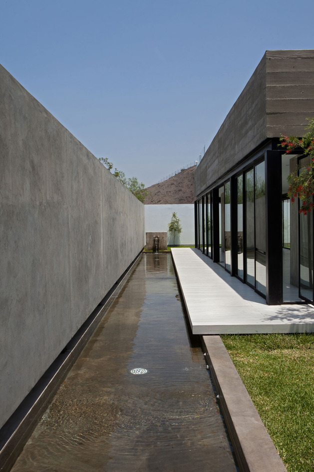house-with-detached-glass-walled-living-area-4-water-edge.jpg