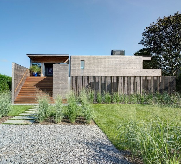 new york home embraces nature hints at urban aesthetic 2 thumb 630xauto 41306 Earthy Timber Clad Interiors vs. Urban Glass Exteriors: Cottage Design by Bates Masi Architects